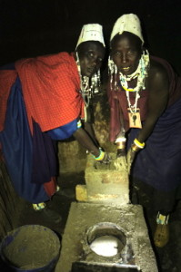 Maasai women in Alailelai make a stove following the MSS model